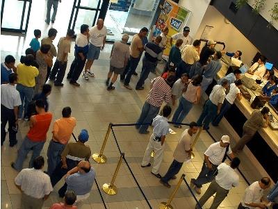 Bancos em Santos são multados por não cumprirem Lei